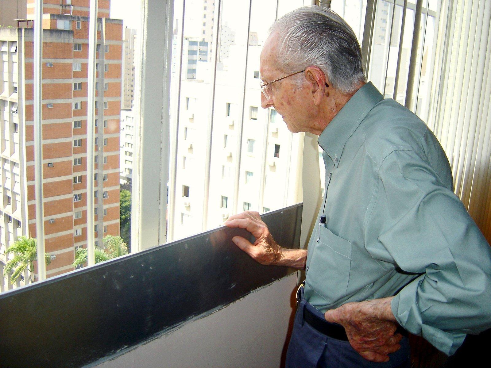 starší muž dívající se z okna