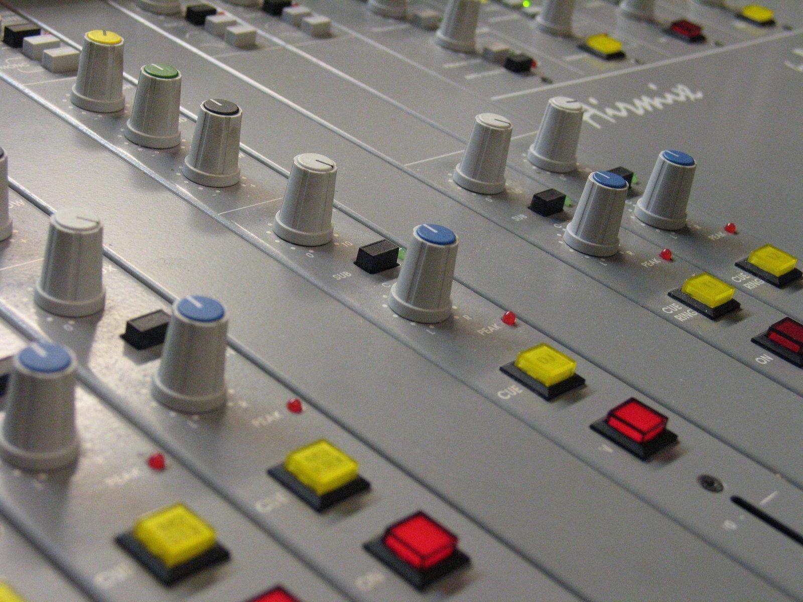 radio-studio-1315223.jpg