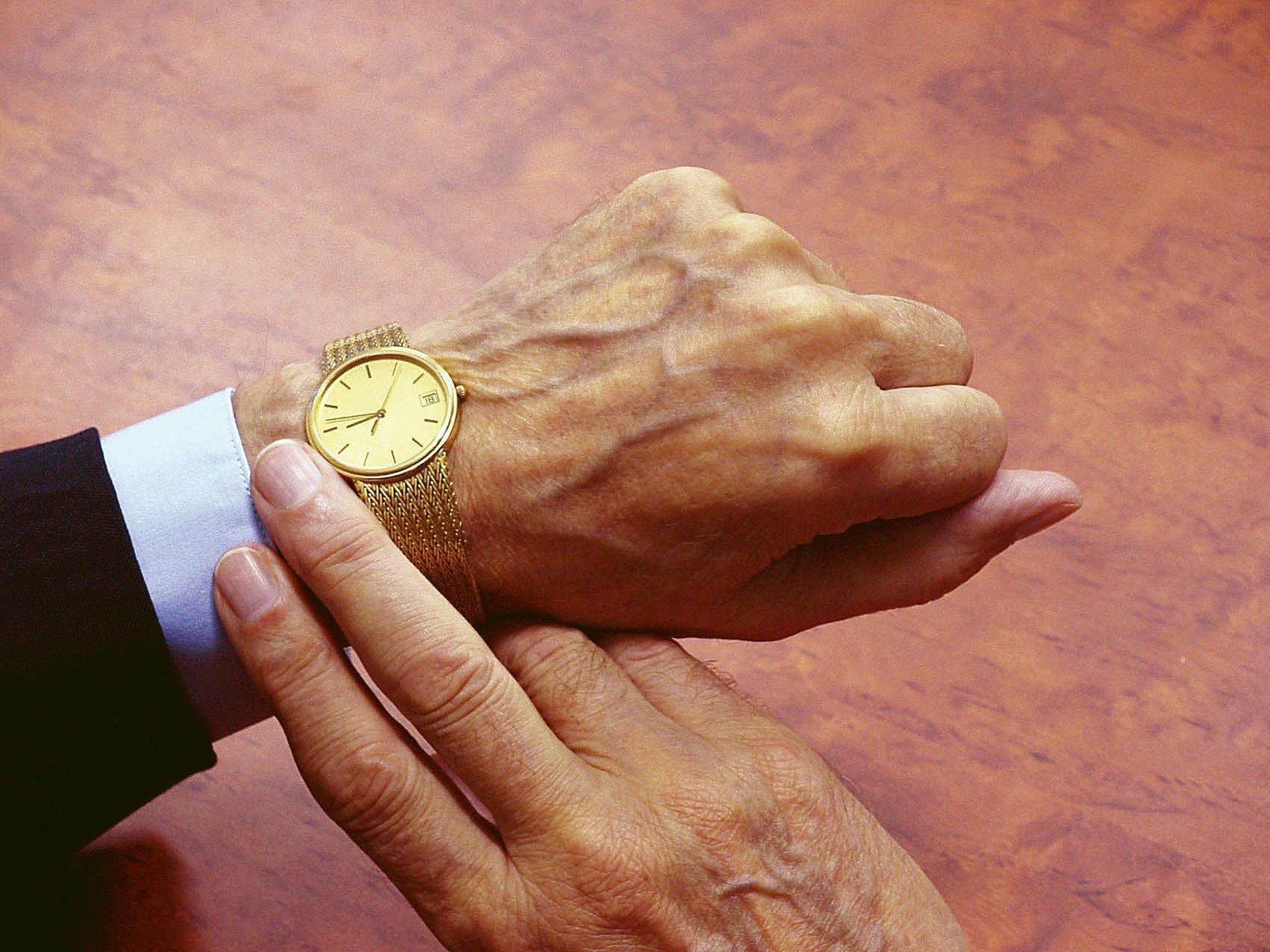 zlaté hodinky na ruce
