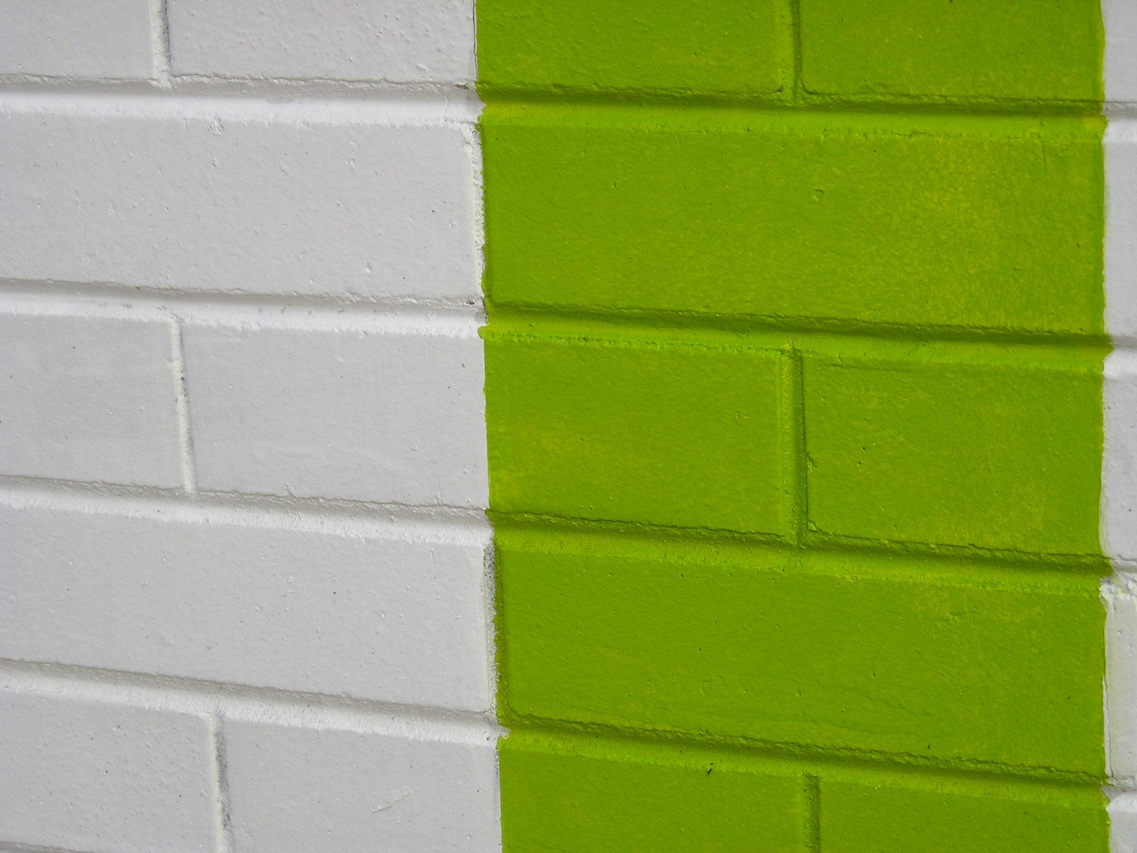 Как покрасить кирпичную стену на балконе: особенности процес.