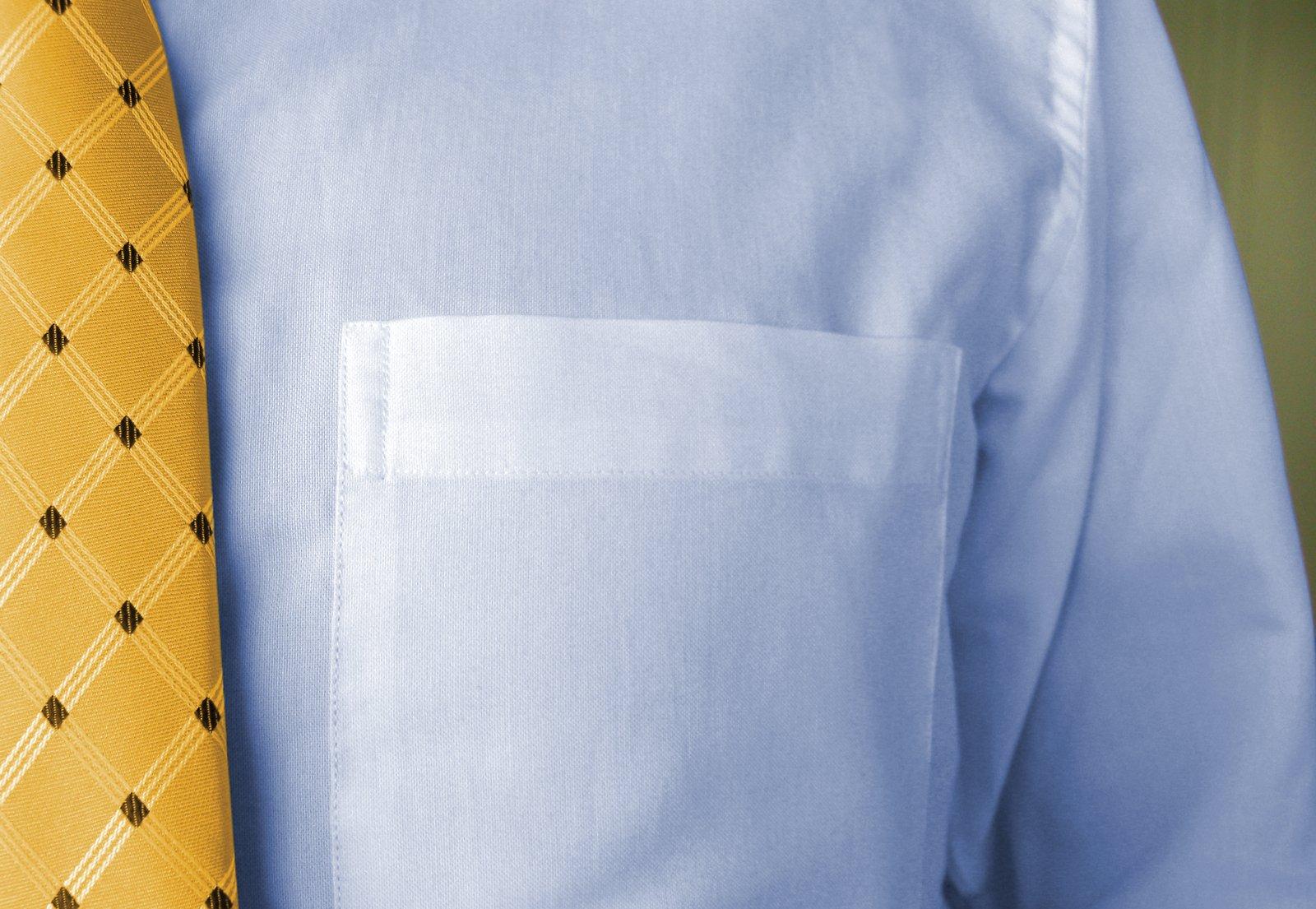 bílá košile a žlutá kravata