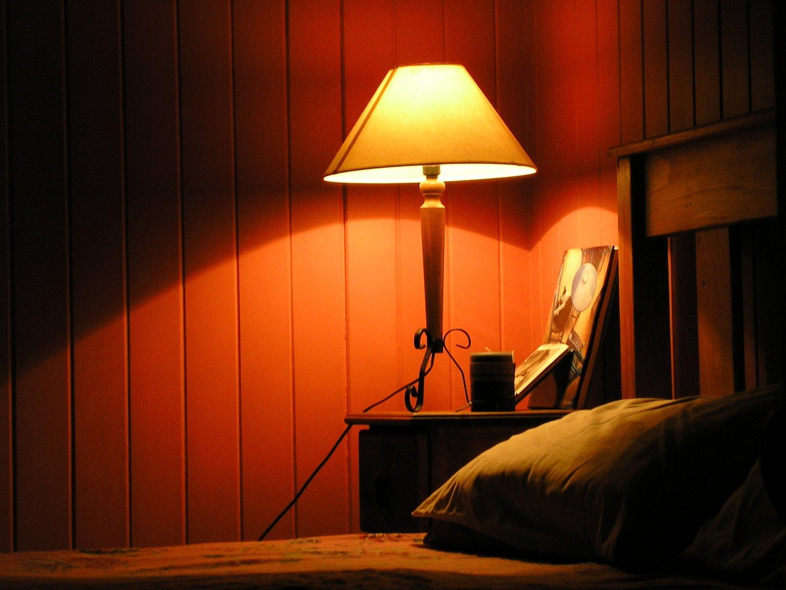 bedside table bedroom light 1543470 - Como escolher cores na Arquitetura: Azul e Vermelho