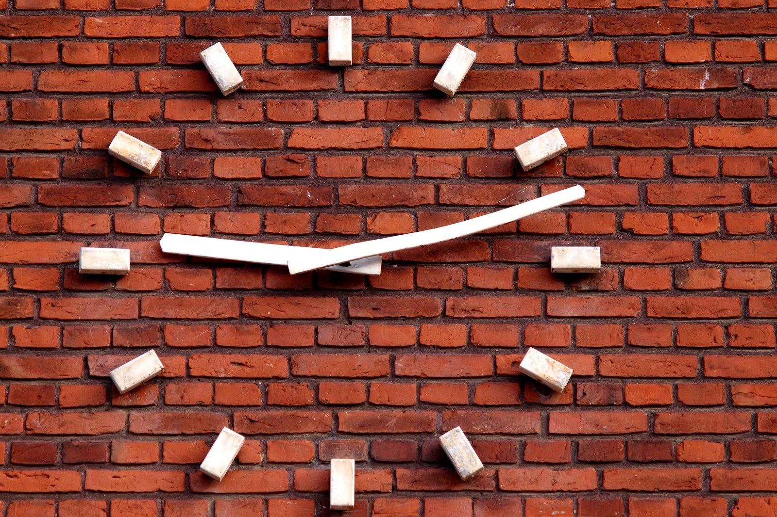 Mur En Brique Rouge free horloge sur un mur de brique rouge stock photo
