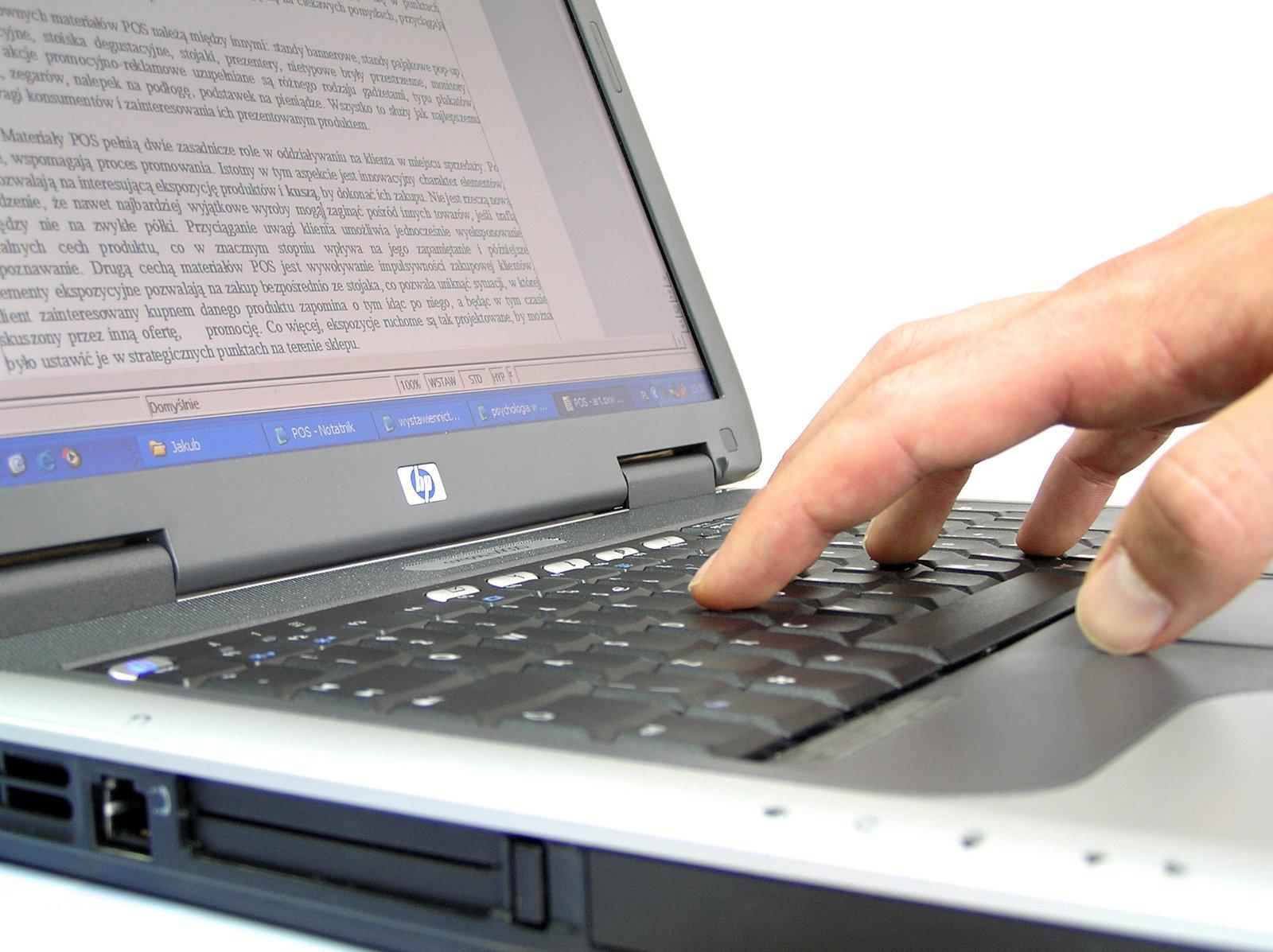 Lavorare al computer portatile