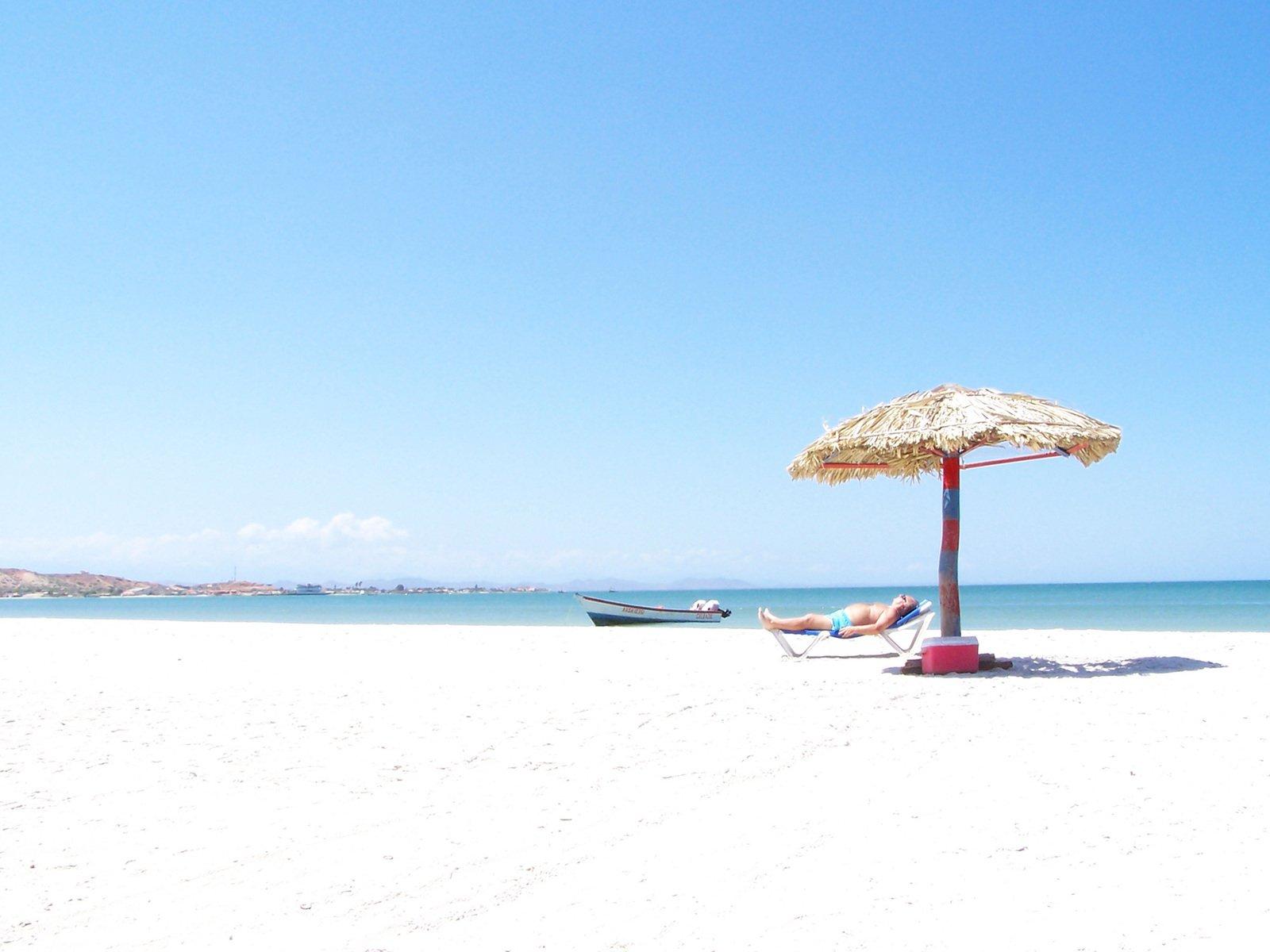 Free sombrilla en la playa stock photo - Sombrilla playa ...
