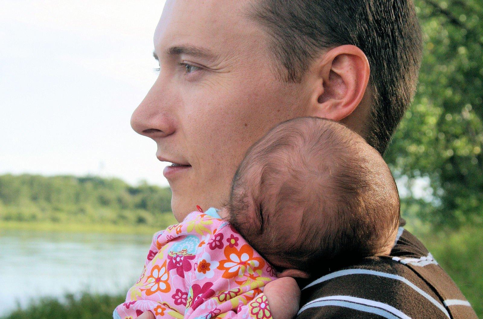 Otec s dítětem v náručí