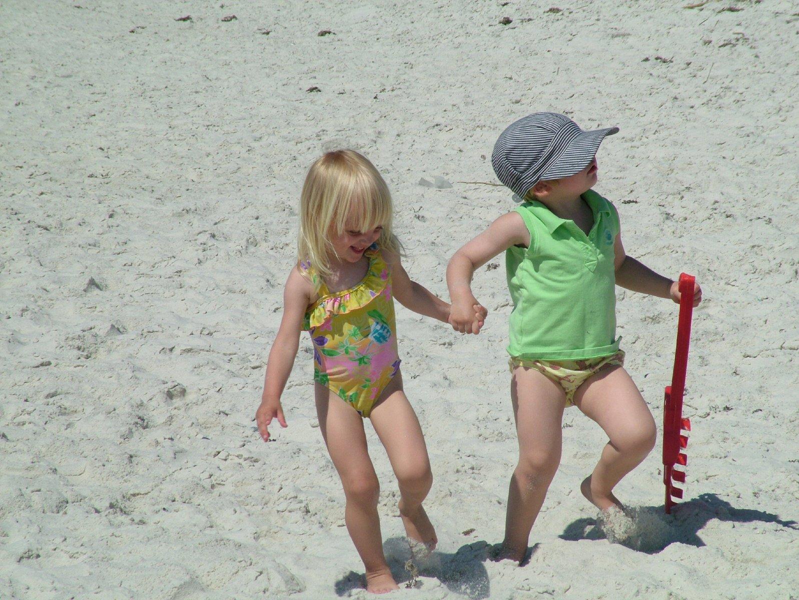 Смотреть раздевалку на пляже, Сборник скрытой камеры в женской раздевалке на пляже 18 фотография