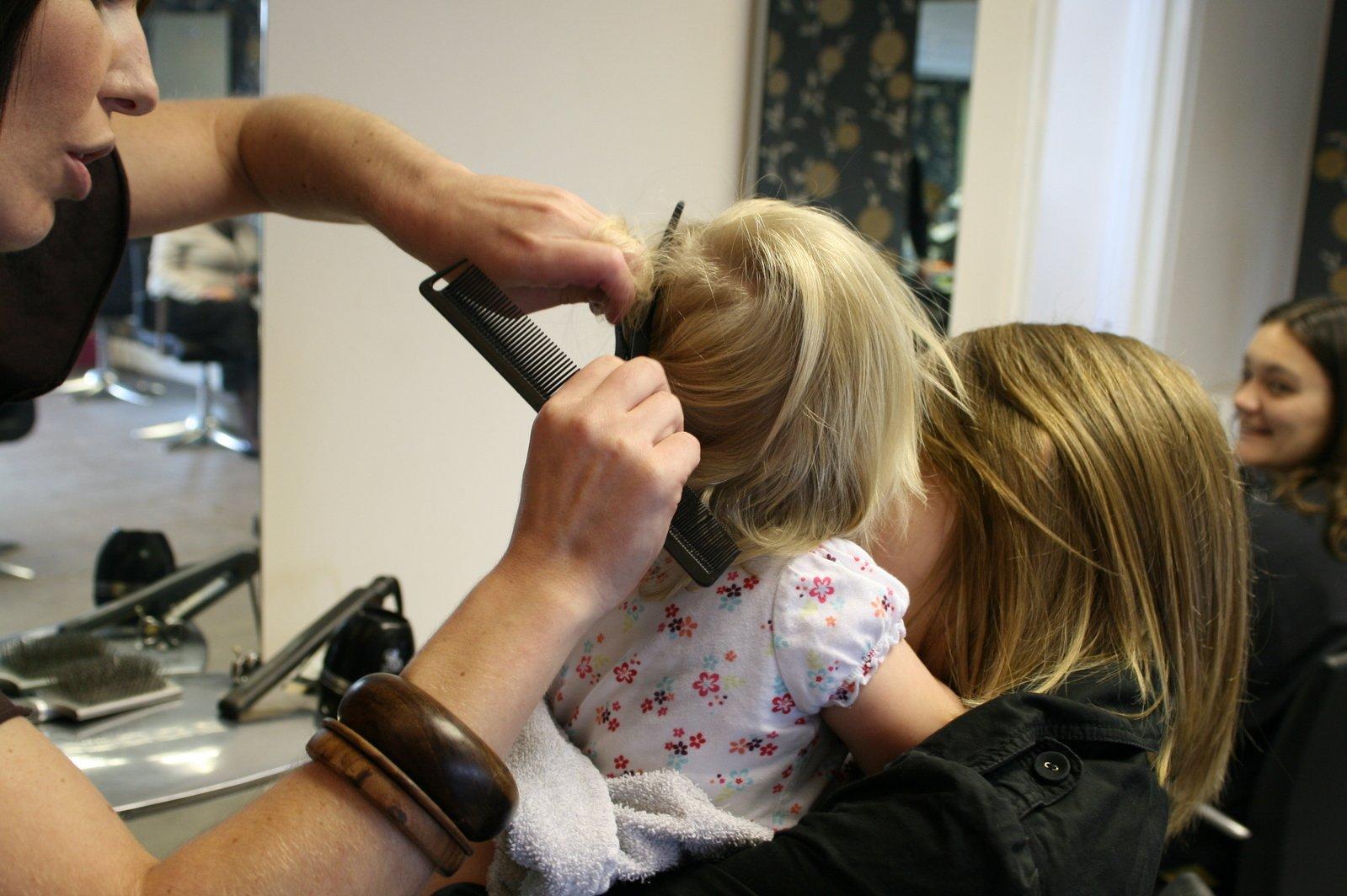 kadeřnice stříhá malé dítě