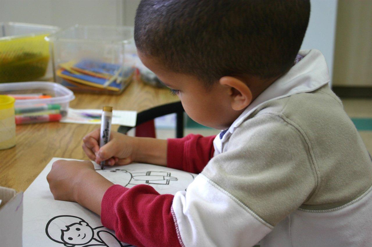 Malé dítě si kreslí