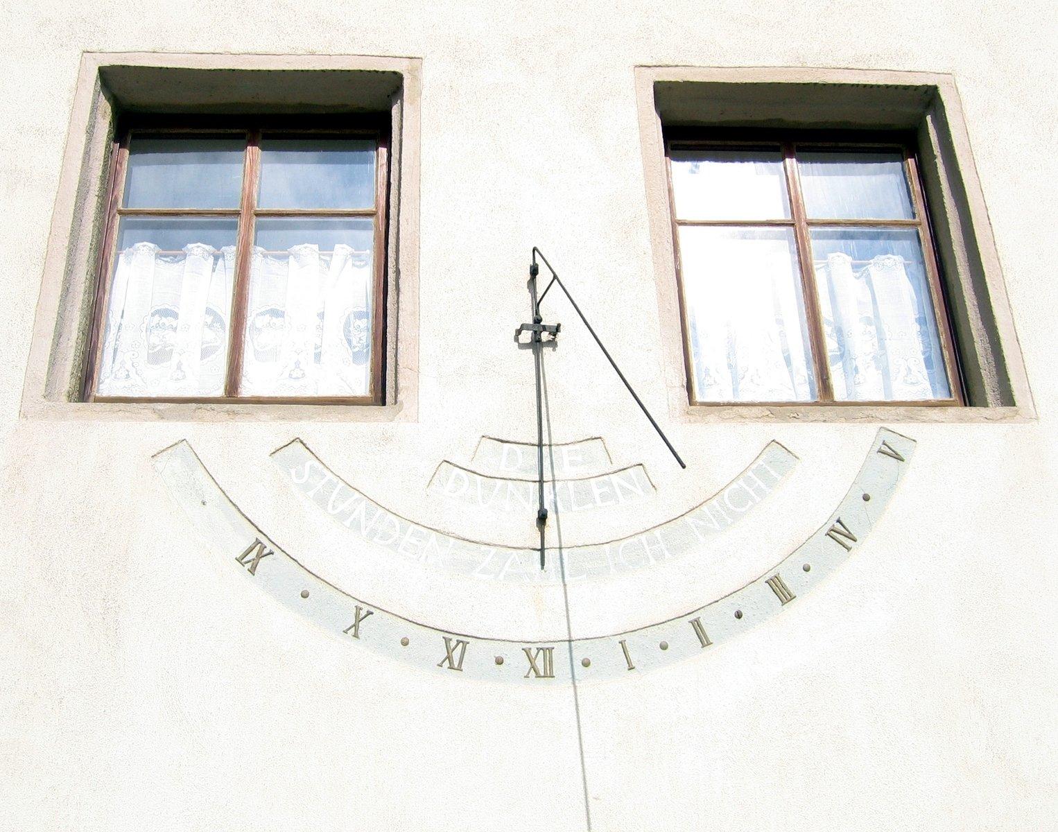 Горизонтальные солнечные часы (лимассол, кипр).