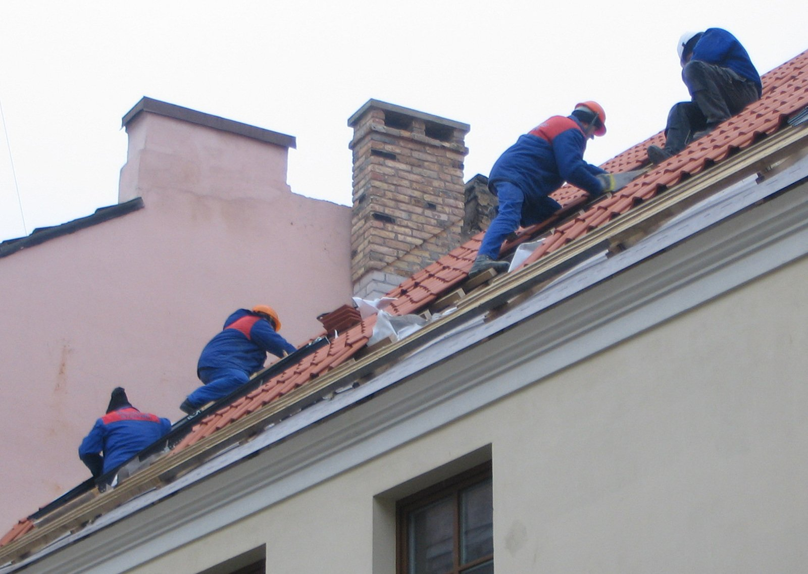 Free Construction Workers On A Roof Stock Photo