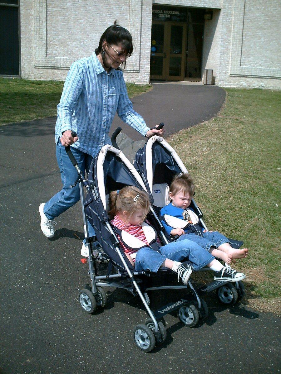 Коляска для двойни с детьми фото