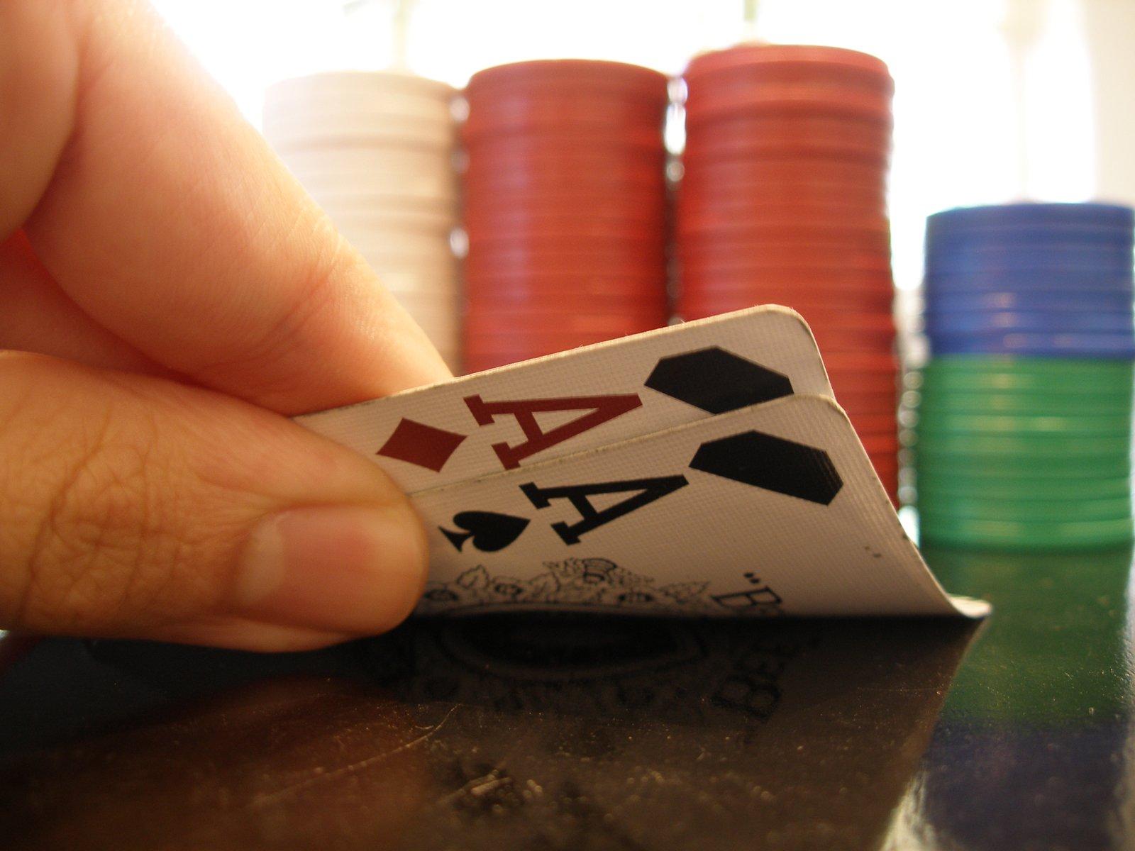 dva esa (karty) a kupa žetonů