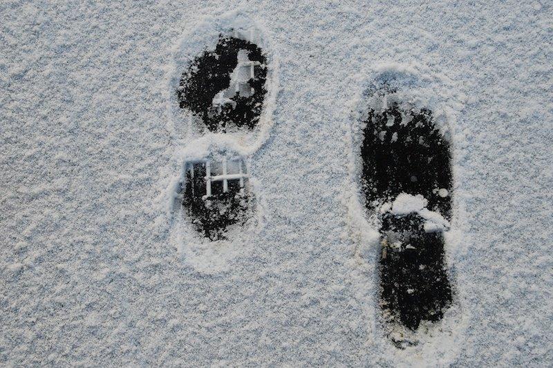 Следы двоих на снегу картинки