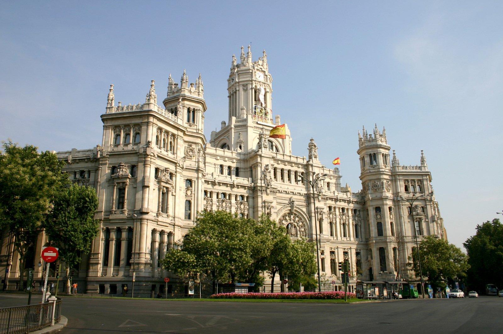 free edificio de correos madrid e stock photo