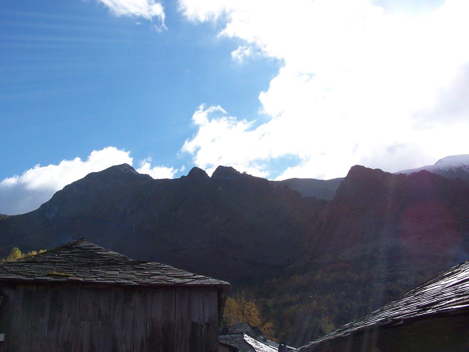Vecchio villaggio tra le nuvole