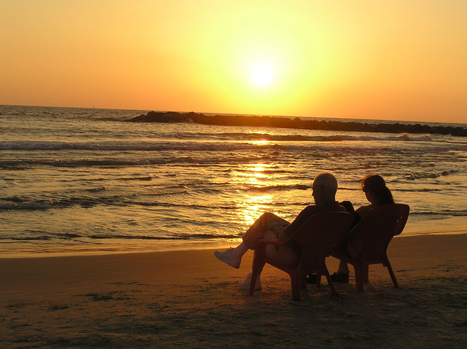 https://images.freeimages.com/images/large-previews/d42/sunset-couple-1563169.jpg