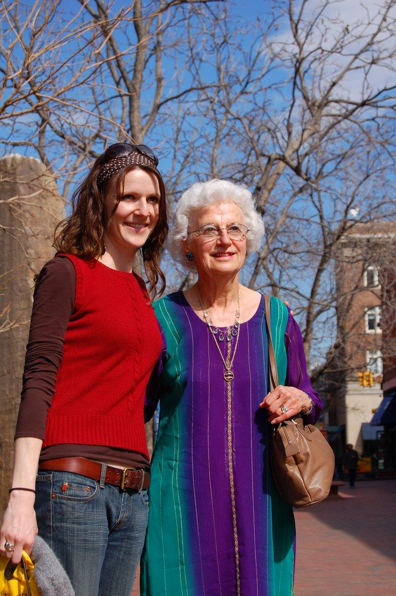 mladá žena a starší ženy (vnučka a babička)