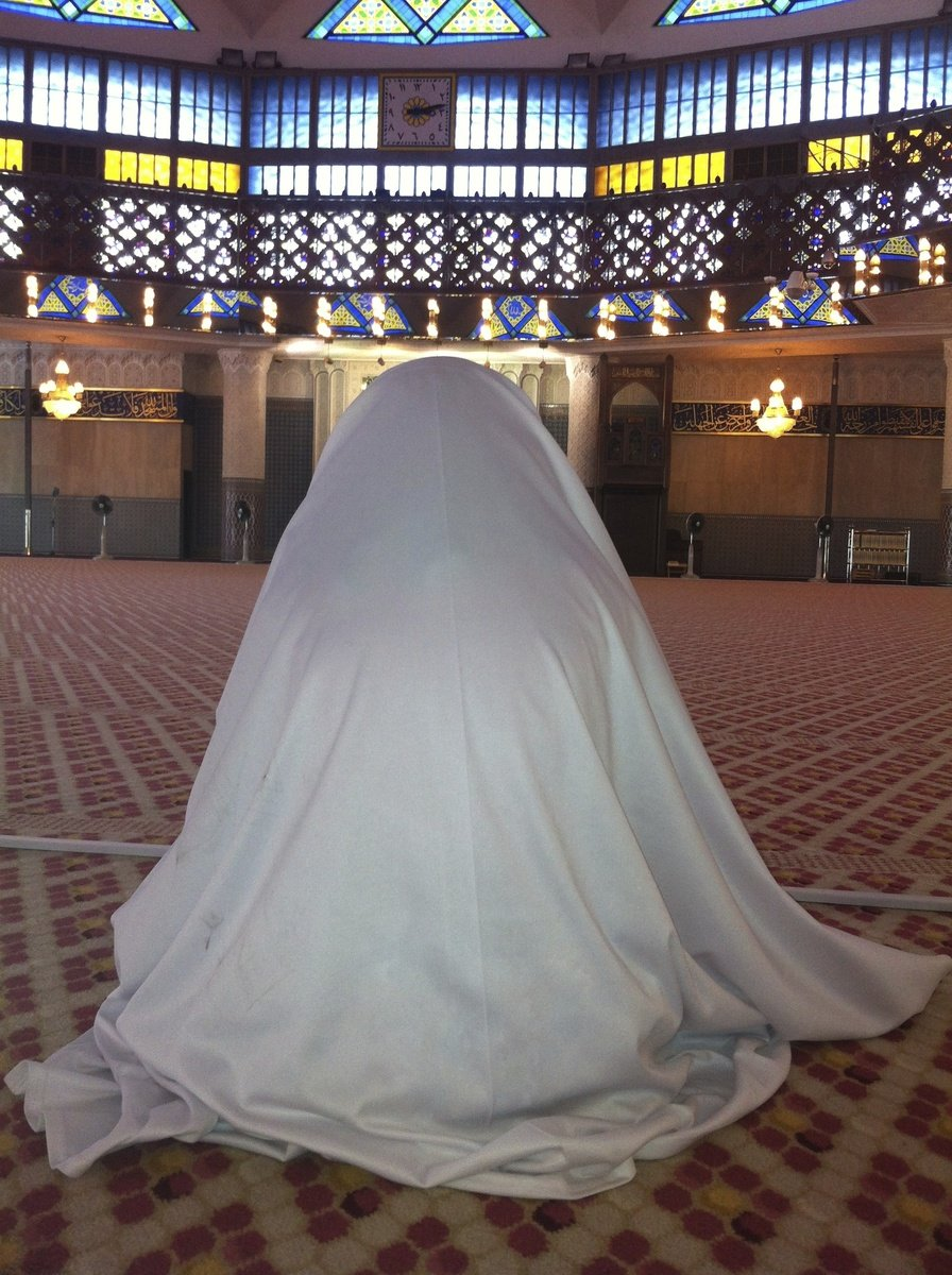 https://images.freeimages.com/images/large-previews/f07/girl-in-mosque-1616102.jpg