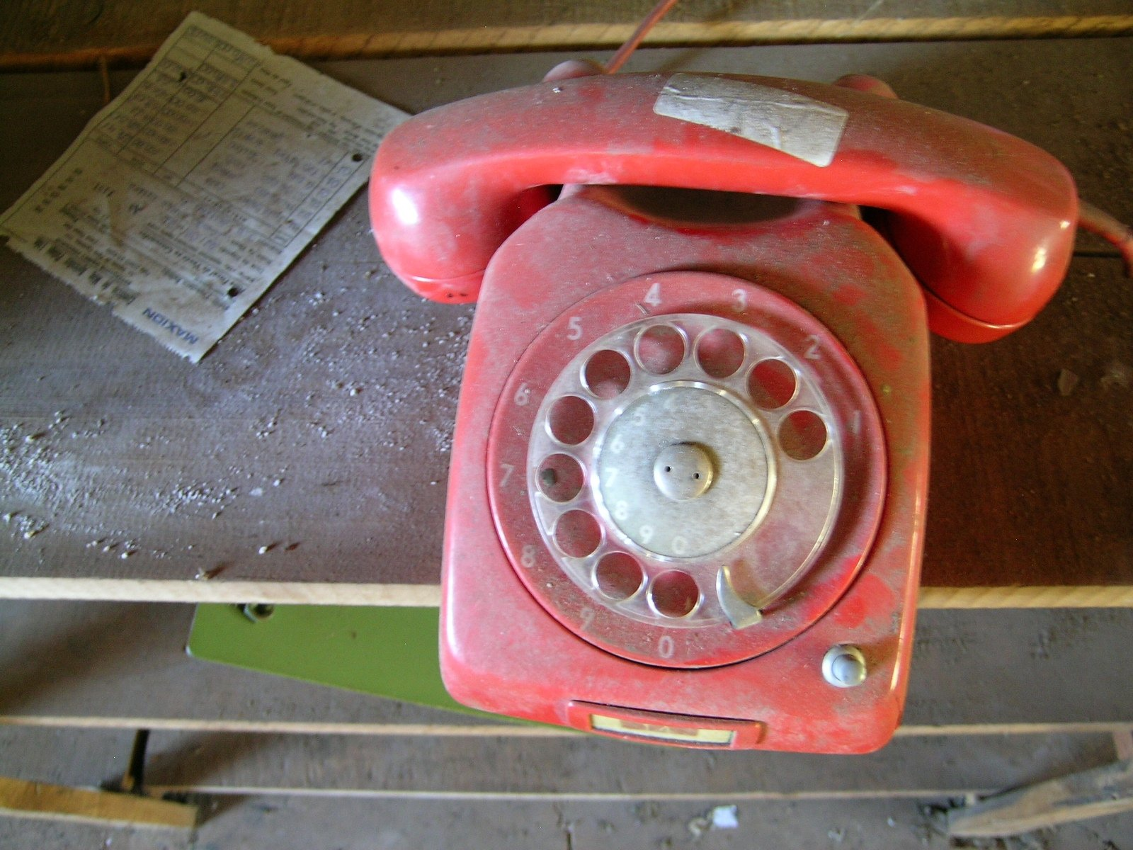 old-red-80-s-phone-call-1539762.jpg