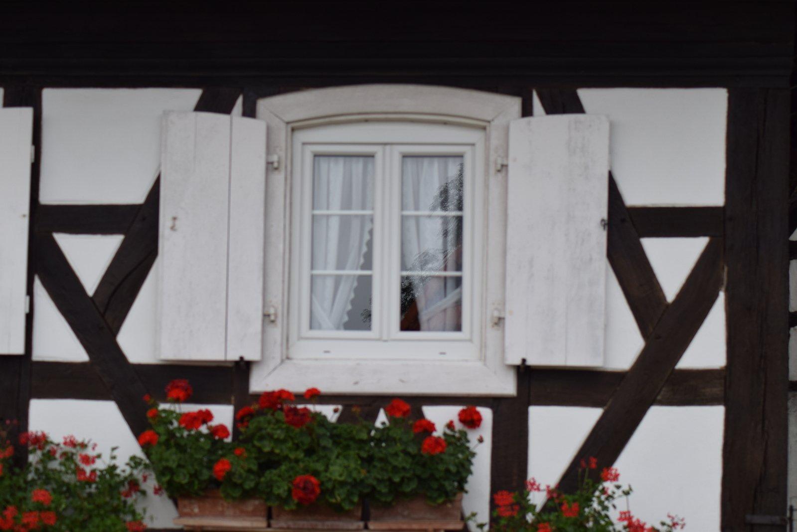 free fenster mit wei en fensterl den eine tradition in seebach elsass frankreich stock photo. Black Bedroom Furniture Sets. Home Design Ideas
