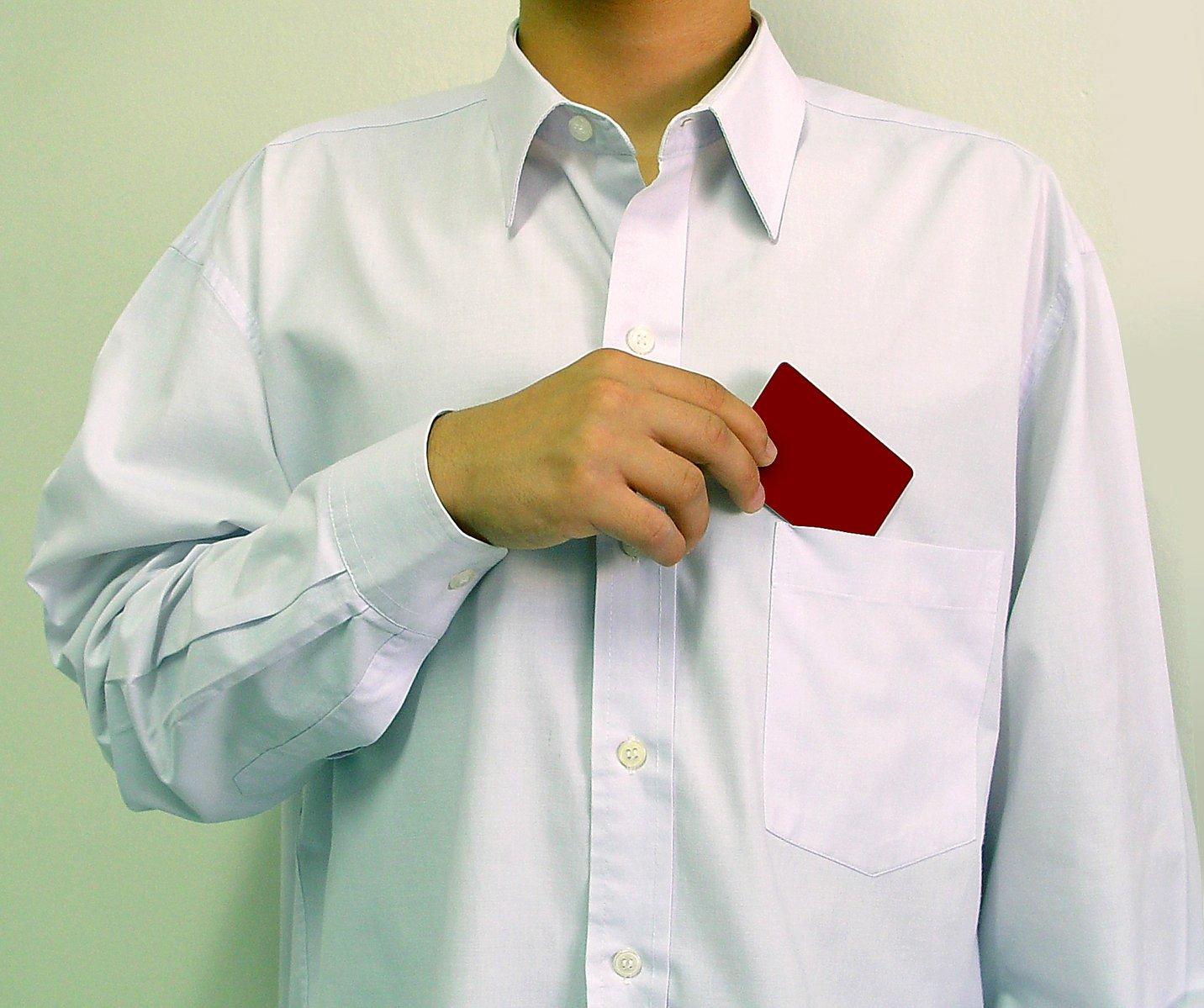 mužbv bílé košili s kartou