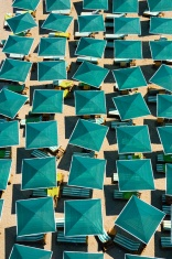 Plage. Bird's eye view. Green parasols