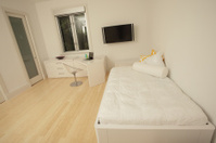 Moderne houten slaapkamer stockfotos freeimages.com
