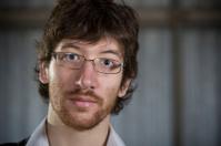 Chico joven barbudo con gafas