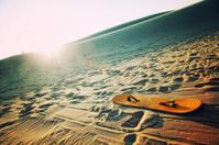 Sandboard in dunes