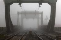 Eisenbahnbrücke in Nebel gehüllt