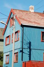 Maison bleue au toit et fenêtres rouges
