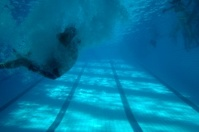 under water: jumping man into the pool