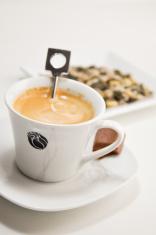 preparing a nespresso coffee cup