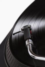 Vinyl tuntable in motion