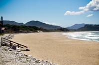 Praia vazia de ilha paradisíaca