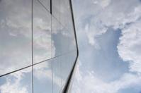 Reflejo del cielo sobre vidrio