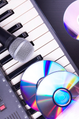 Microphone and electronic piano