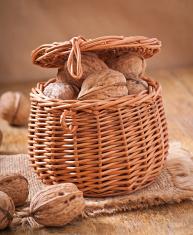 호두 바구니 가득 전체 견과류 껍질에 깨진 스톡 사진 - FreeImages.com