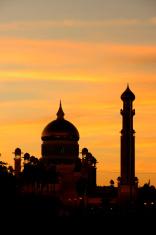 Silhouette of Sultan Omar Ali Saifudding Mosque at sunset, Brune