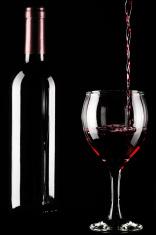 Botella y vaso de vino