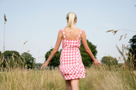 Junge Frau in der Natur