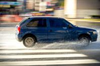 automovil en movimiento con agua