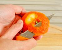 descascando uma laranja