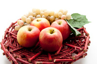 Apples with wine grapes