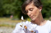 angel oliendo flores