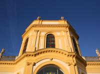 Orangerie in Kassel - barocker Mittelbau und azurblauer Himmel