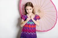 little girl con paraguas