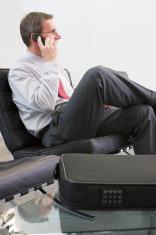 Manager telefoniert mit Handy