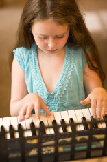 Little girl play piano